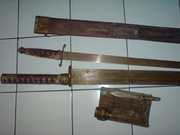 pedang palsu